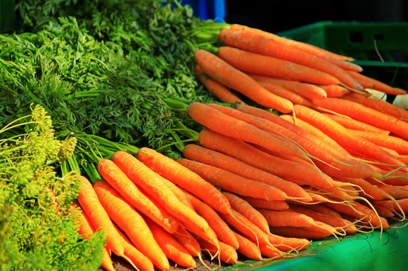 A stack of fresh carrots