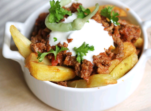 A bowl of nicely plated Emeril's Chili Fries