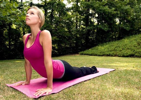 chica feliz por yoga